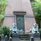 Friedhofspyramide mit Sphinxen