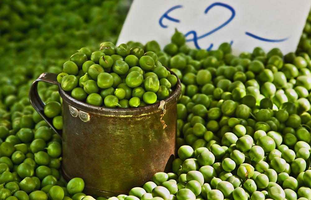 Frische Erbsen auf dem Bauernmarkt!