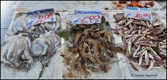 Frischer Fisch auf dem Straßenverkaufsstand in Neapel