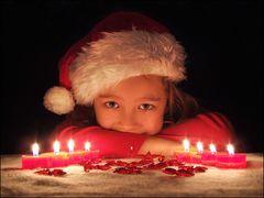 Fröhliche Kinderaugen im Kerzenlicht ...