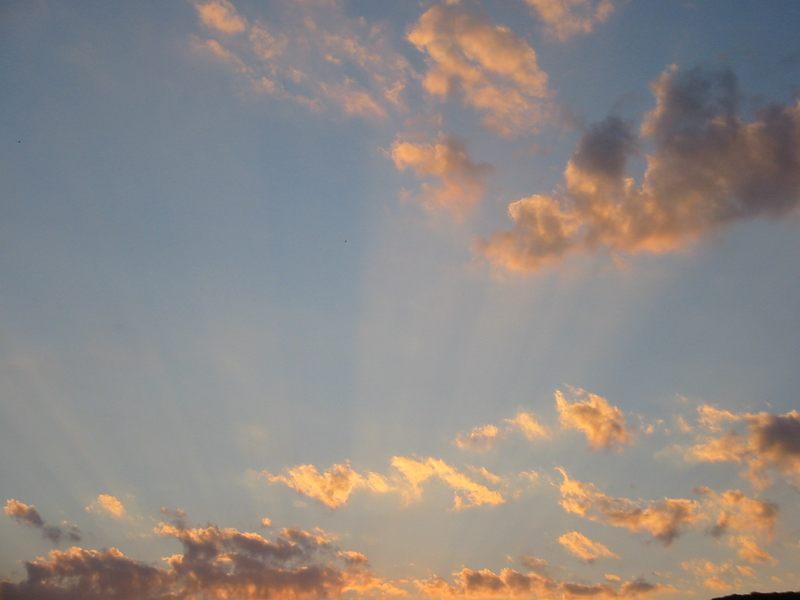 fröhliche wolken sind da am himmel