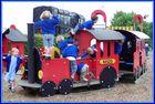 Fröhliche Yorker Kinder im Eisenbahnmuseum