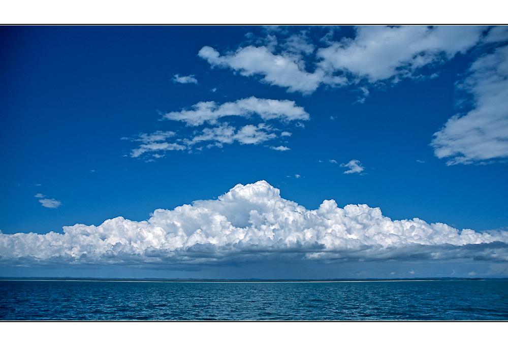 """Front mit """"flüssigem Sonnenschein"""" über Fraser Island"""