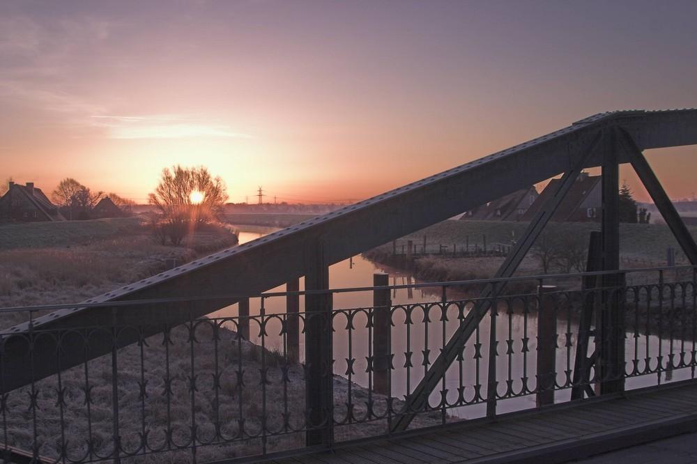 frostiger Sonnenaufgang an der Pinnau