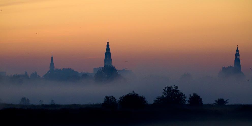 Früh morgens, Stadt im Nebel