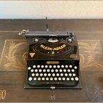 früher wars: Reiseschreibmaschine Adler 2 auf alter Bauerntruhe von 1796