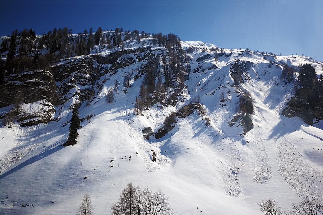 Frühling in der Schweiz schneebedeckte Berge