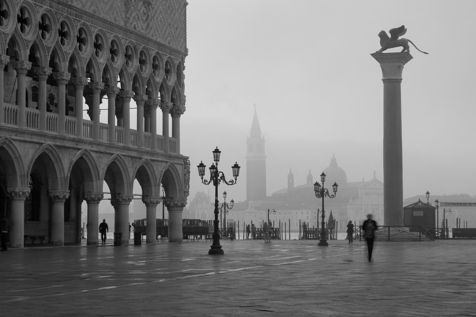 Frühmorgens auf dem Markusplatz in Venedig