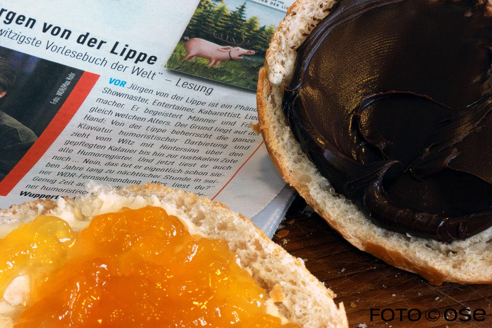 Frühstück mit Brötchen und Zeitung