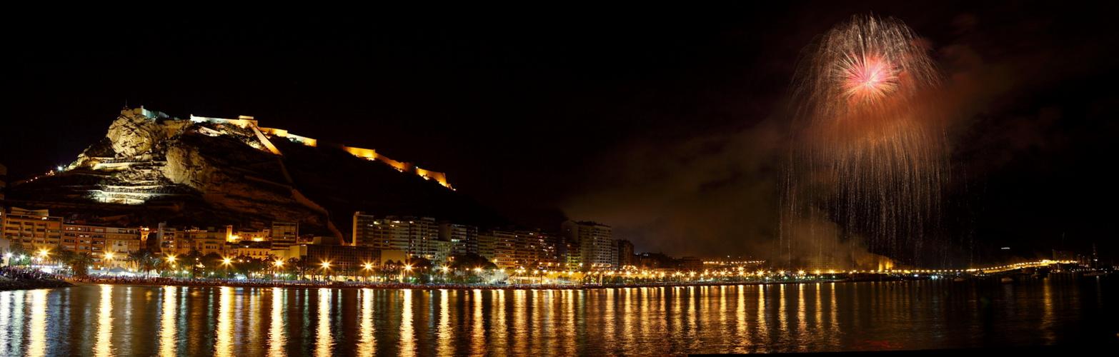 Fuegos artificiales en la playa del postiguet de Alicante