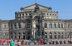 Für ein welt offenes Dresden steht an der Semperoper...