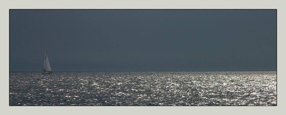Funkelnde Meereswogen (und ein Schiff)