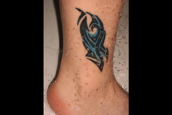 Fuss mit Tattoo und Wassertropfen
