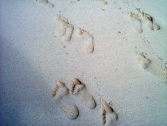 Fußabdrücke am Strand