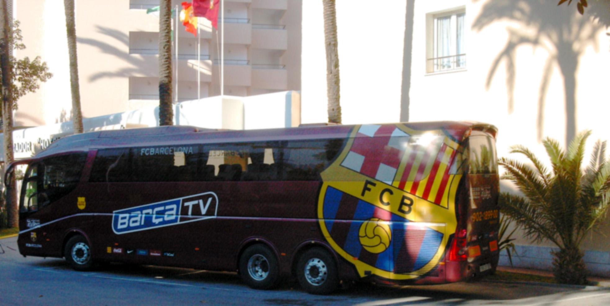 Fußball: Mannschaftsbus des FC Barcelona