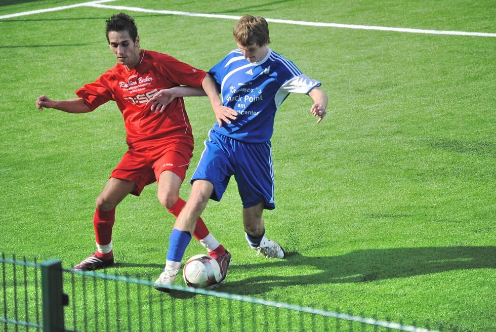 Fussball Zweikampf Foto Bild Erwachsene Menschen In
