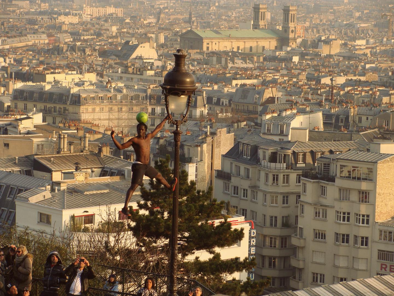 Fußballkünstler vor der Sacre Coeur auf dem Butte Montmartre
