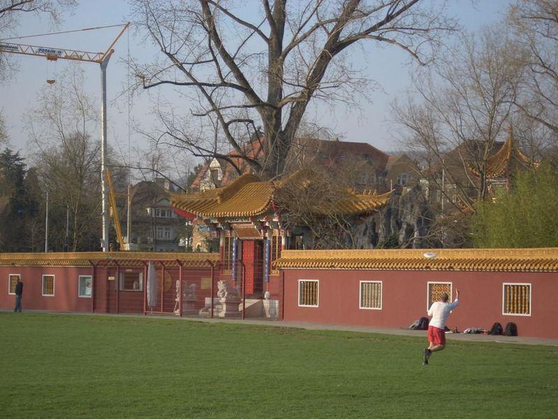 Fussballspieler vor Chinagarten