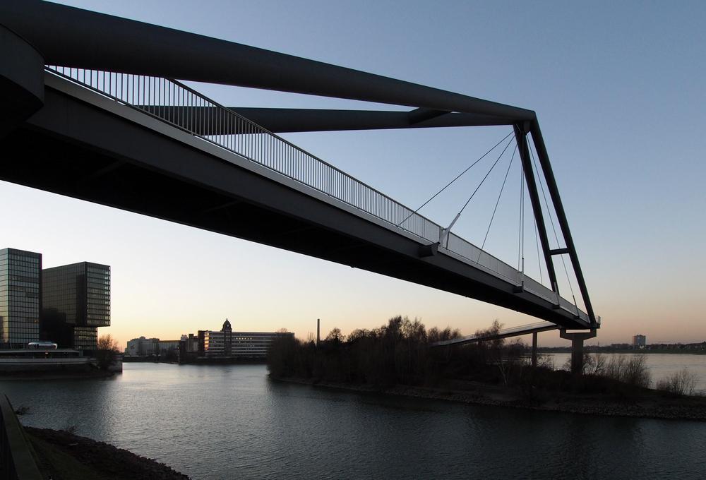 Fußgängerbrücke in Düsseldorf / Nähe Medienhafen