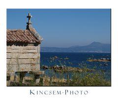 Galizien: ein altes Vorratshaus und der Blick in die Ria