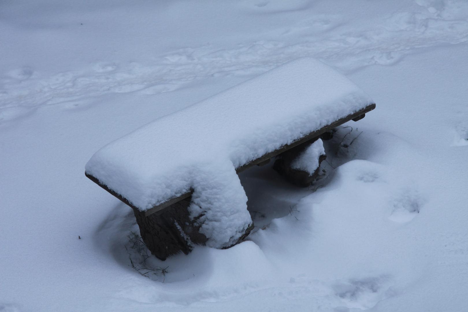 Gartenbank mit Schnee