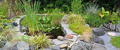Gartenteich mit der Pumpe für das Wasser, die mit Sonnenenergie arbeitet...