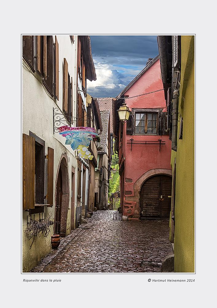 Gasse in Riquewihr bei Regen - diesmal als Original in Farbe