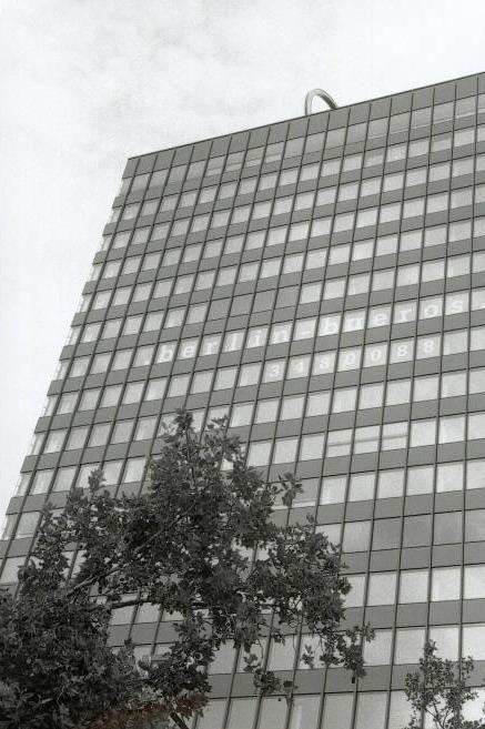 Gebäude und Himmel mit Bäumen (oder Büschen)