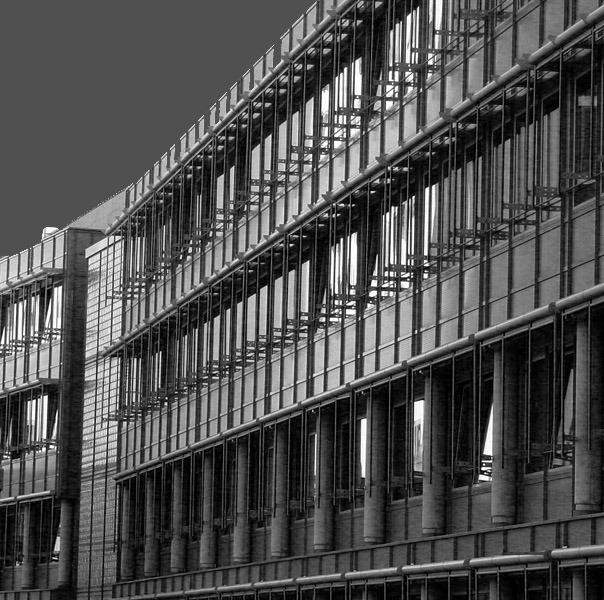 Gebäudefront im Abendschein