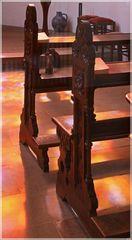Gebetsbänke im Lichtspiel der Bleiverglasungen (Marienkapelle im Dom zu Münster)