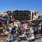 Gebetsfahnen am höchsten Punkt des Thorong La in 5416 m Höhe