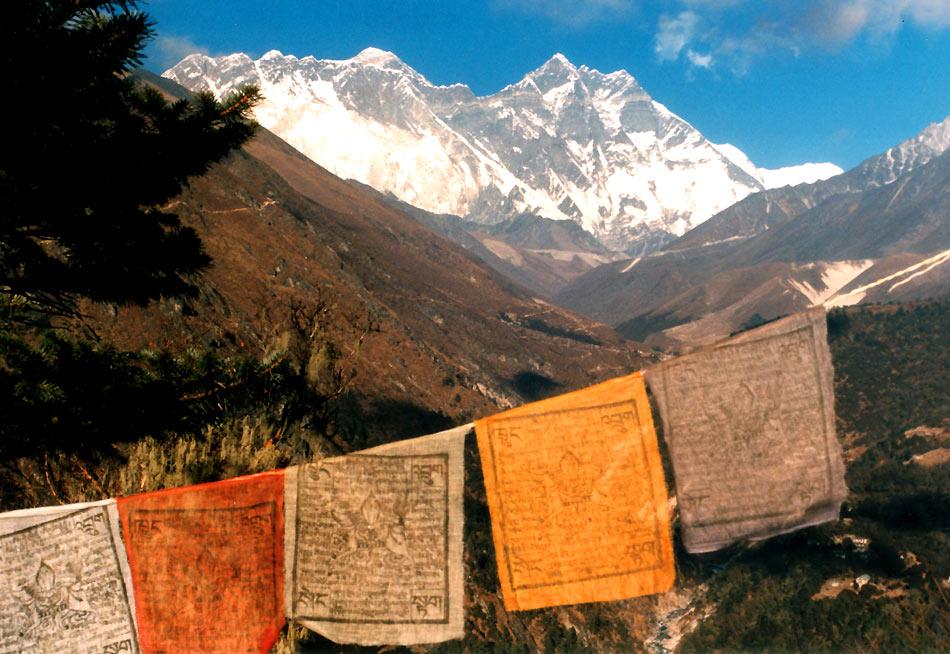 Gebetsfahnen vor dem Everest