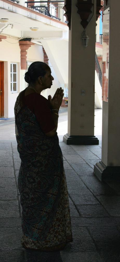 Gebetstunde im Sri Mariammam Tempel, Singapur