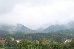 Gebirge in Wolken