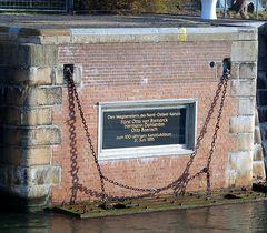 Gedenktafel an der alten Schleuse in Kiel-Holtenau