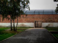 Gefängnismauer mit Bahnhofsdach
