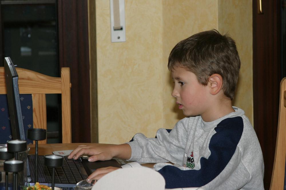 gefesselt am Laptop