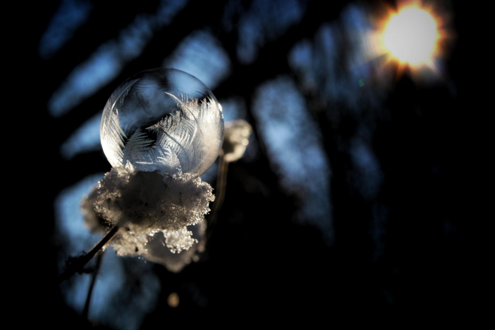 Gefrorene Seifenblase nimmt Sonnenbad