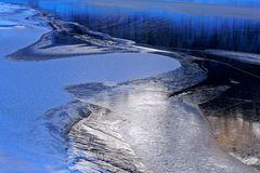 Gefrorener Bergsee. - Lac de montagne gelé.