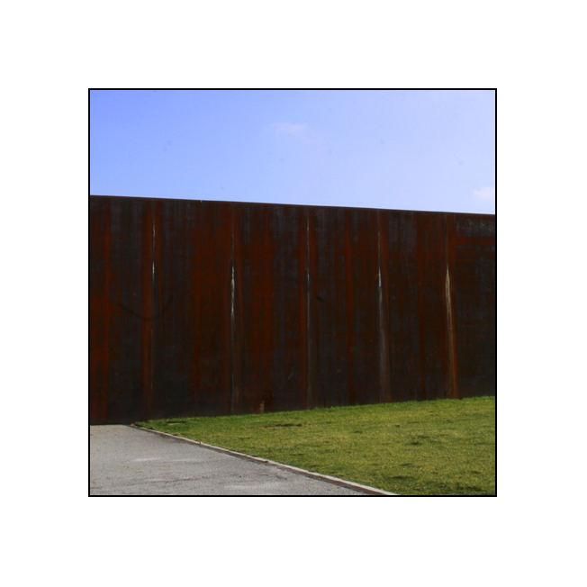 gegen die Wand