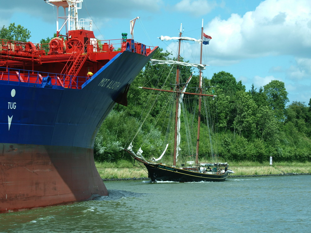 Gegensätze !! Tanker MCT ALIOTH und Segelschiff Jacob Meindert