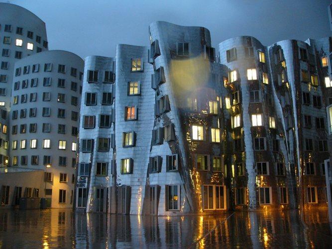 Gehri-Haus bei Dämmerung und Regen