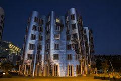 Gehry House zur blauen Stunde Düsseldorf