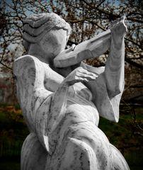 """geigenbogenlose und wirbelkasten- und schneckenlose """"swing""""-skulptur..."""