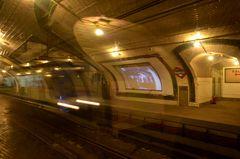 Geisterzug in der geschlossenen Metrostation Camberi in Madrid