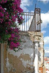 Geländer mit Säule am Miradouro de Santa Lucia