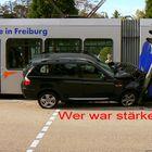 Geländewagen(BMW) und die Straßenbahn