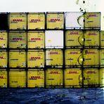 Gelbe Container an blauem Wasser