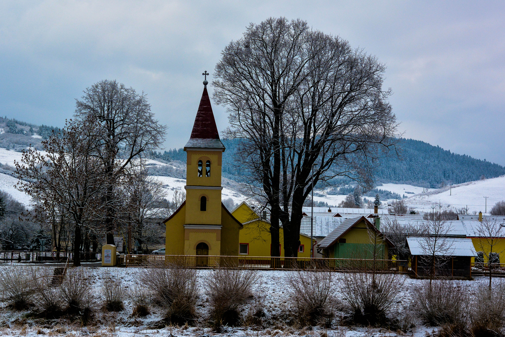 Gelbe Kirche am Fluss Dunajec.