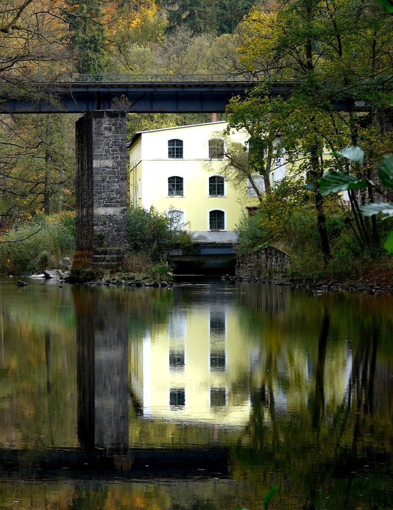 Gelbes Haus mit Brücke 1